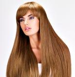 Schöne indische Frau mit dem lang geraden braunen Haar Stockfoto