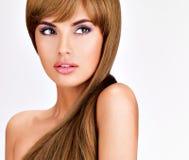 Schöne indische Frau mit dem lang geraden braunen Haar Lizenzfreies Stockfoto