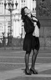Schöne italienische Frau auf der Stadtstraße Stockfotografie