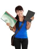 Schöne junge asiatische Frau, die ein Buch hängt Stockfoto