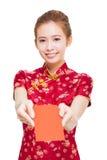 Schöne junge asiatische Frau, die rote Tasche für Reiche gibt Stockbilder