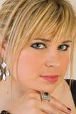 Schöne junge blonde Frau Stockfotografie