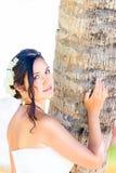 Schöne junge Braut in einem weißen Hochzeitskleid mit Blumenstrauß in h Lizenzfreie Stockbilder