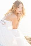 Schöne junge Brautfrau draußen Lizenzfreie Stockfotografie