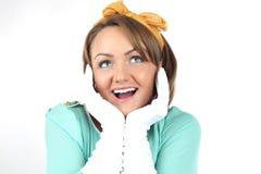 Schöne junge Dame, die den Blumenstrauß der weißen Blumen trägt den gelben Bogen aufwirft auf einem weißen Hintergrund im Studio  Stockbilder