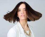 Schöne junge elegante Frau lokalisiert auf Grau Lizenzfreie Stockfotos