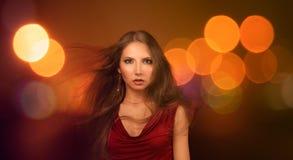 Schöne junge Frau über Nachtstadt-Lichtern Lizenzfreies Stockfoto