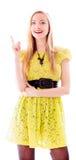 Schöne junge Frau, die aufwärts steht und zeigt Lizenzfreie Stockfotos