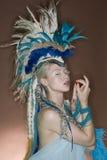 Schöne junge Frau, die in der Ausstattung über farbigem Hintergrund aufwirft Stockbild