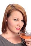 Schöne junge Frau, die ein Glas von sprudelndem genießt Stockbilder
