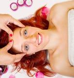 Schöne junge Frau, die Gesichtsmassage in einem Badekurortsalon empfängt Lizenzfreie Stockfotos