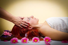 Schöne junge Frau, die Gesichtsmassage in einem Badekurortsalon empfängt Stockfoto