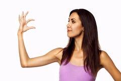Schöne junge Frau, die Ihr Produkt anhält Lizenzfreies Stockfoto