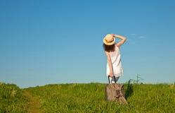 Schöne junge Frau, die mit einem Koffer reist Stockbilder