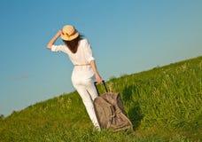 Schöne junge Frau, die mit einem Koffer reist Lizenzfreies Stockbild