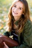 Schöne junge Frau draußen Stockfoto