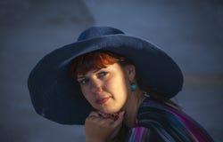 Schöne junge Frau in einem Hut draußen Lizenzfreie Stockfotografie