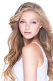 Schöne junge Frau mit dem langen lockigen Haar Stockbilder