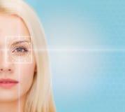 Schöne junge Frau mit Laserlichtlinien Stockfotografie