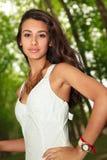 Schöne junge Frau in Paris Stockbilder