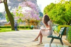 Schöne junge Frau in Paris Stockfotos