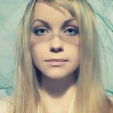 Schöne junge Frau unter einem Schleier Lizenzfreies Stockfoto