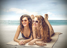 Schöne junge Frauen an der Seeseite Lizenzfreie Stockfotografie