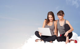 Junge Frauen, die auf Wolke mit Kopienraum sitzen Lizenzfreies Stockfoto