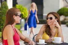 Schöne junge Frauen, die Kaffee am Kaffee trinken Stockfotografie