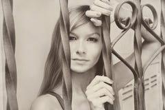 Schöne junge hübsche vorbildliche Mädchenfrau Sepiaweinlese Retro- Stockbild