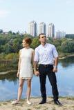 Schöne junge Paare, die zur Zukunft schauen Lizenzfreies Stockfoto