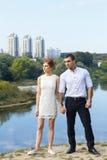 Schöne junge Paare, die zur Zukunft schauen Lizenzfreie Stockfotografie