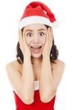 Schöne junge Weihnachtsfrau, die einen lustigen Ausdruck macht Lizenzfreies Stockbild