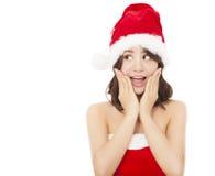 Schöne junge Weihnachtsfrau, die einen lustigen Ausdruck macht Lizenzfreie Stockfotos