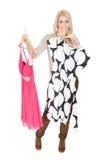 Schöne Junge woomen, Kleid beschließend, um zu tragen Stockbilder