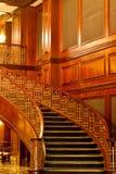 Schöne kurvende Treppen und opulente Täfelung Lizenzfreie Stockbilder