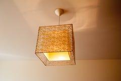 Schöne Lampe auf der Decke im Schlafzimmer Stockfotografie