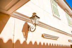 Schöne Laterne auf einem Haus Stockbilder