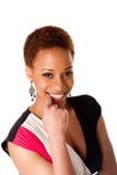 Schöne lächelnde afrikanische Geschäftsfrau Stockfotos