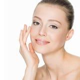 Schöne lächelnde Frau mit sauberer Haut Lizenzfreie Stockbilder