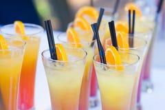 Schöne Linie von verschiedenen farbigen Alkoholcocktails mit Rauche auf einem Weihnachtsfest, einem Tequila, einem Martini, einem Stockfotos