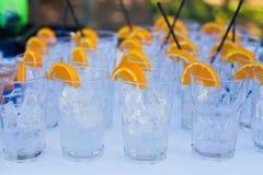 Schöne Linie von verschiedenen farbigen Alkoholcocktails mit Rauche auf einem Weihnachtsfest, einem Tequila, einem Martini, einem Stockbilder