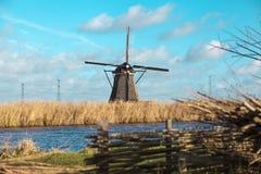 Schöne ländliche Landschaft, Zaun, Feld, Windmühle Holländerwindmühle Stockfotos