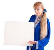 Schöne ältere Frau, die ein unbelegtes weißes Zeichen anhält Stockfotografie