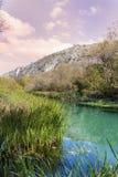 Schöne malerische Herbstlandschaft von Fluss im Berg Stockbilder