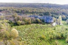 Schöne malerische Landschaft des Sumpfs im Berg Stockfotografie