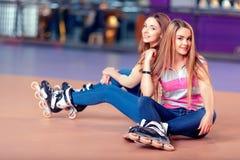 Schöne Mädchen auf dem rollerdrome Stockfotografie