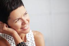 Schöne mittlere gealterte Frau Lizenzfreie Stockbilder