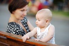 Schöne mittlere Greisin und ihr entzückender kleiner Enkel Lizenzfreie Stockbilder
