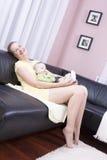 Schöne Mutter, die glücklich mit seinem Sohn spielt. Lizenzfreie Stockbilder